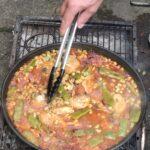 Die Paella Valenciana wird traditionell auf offenen Feuer gekocht.